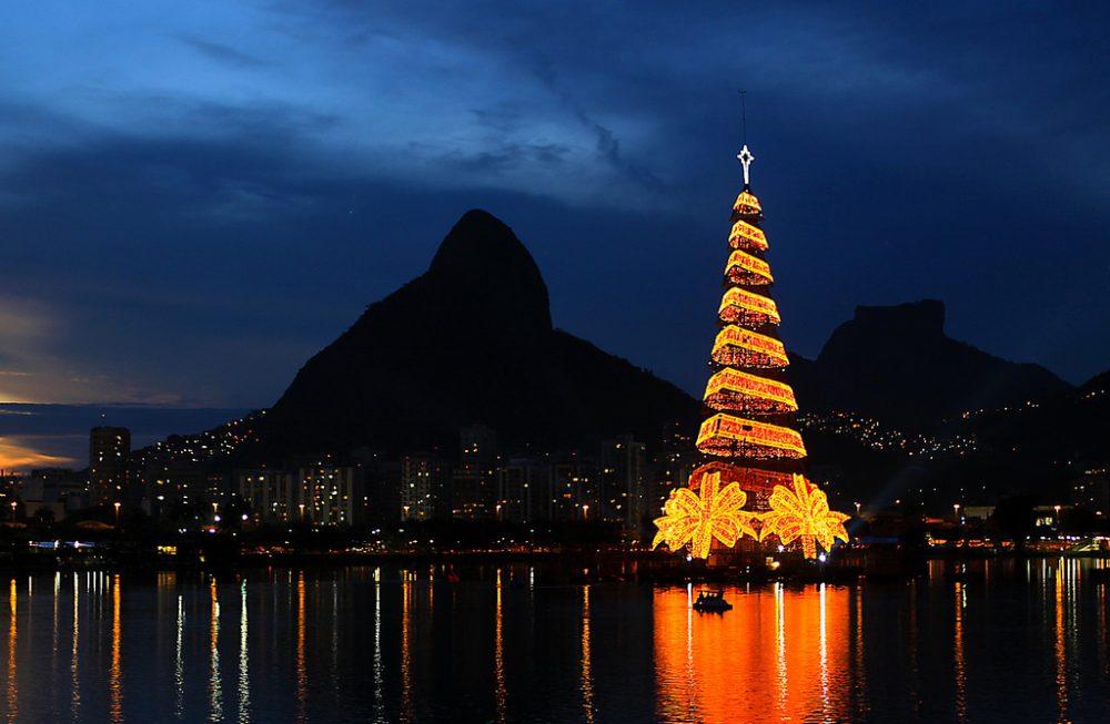 Per Tutto Il Mondo E Natale.Le Verzeletti News Il Giro Del Mondo Degli Alberi Di Natale
